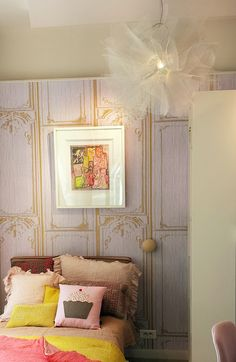 Lámpara colgante en dormitorio con forma de tutú.