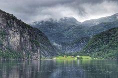 Em 2015 trocamos cinco destinos de lista: da Desejos de Viagem para a Um Dia A Gente Volta. Um deles foi a Noruega. Nos apaixonamos e isso que só visitamos Bergen os fiordes e Oslo! #malasepanelas #desejodeviagem #umdiaagentevolta #bucketlist #bucketlistcheck #noruega #norway #issoenoruega #viagem #fotodeviagem #viajoteca #viagemeturismo #viagememfamilia #latergram