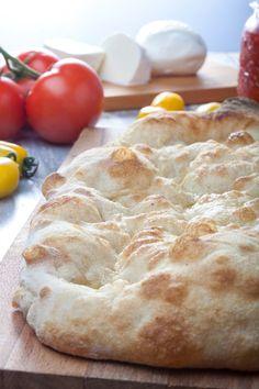 """L'INTERPRETAZIONE DI RENATO BOSCO DELLA PINSA ROMANA impasto diretto a lievitazione naturale Ingredienti per l'impasto: 650 g farina tipo """"0"""" 30 g farina di mais 20 g farina di soia 500 g acqua 3 g lievito compresso 14 g sale 10 g olio extra vergine di oliva PR Focaccia Pizza, Biscotti, Pizza Maker, Happy Foods, Galette, Pizza Dough, Pizza Recipes, I Love Food, My Favorite Food"""