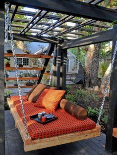 Pergola met daaronder een hangbank/bed.