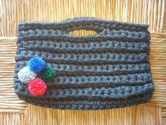 Bolso de trapillo con pompones de lana