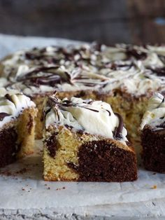 This chocolate chip banana cake with peanut butter frosting starts with a super moist banana cake. it's the ultimate peanut butter banana treat. Baking Tins, Baking Recipes, Norwegian Cake Recipe, Frosting Recipes, Cake Recipes, Napoleons Recipe, Banana Treats, Melting Chocolate Chips, Chocolate Icing
