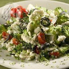 Brokkoli-Blumenkohlsalat mit Feta - Dieser griechisch angehauchte einfach Salat schmeckt am besten, wenn er eine Nacht im Kühlschrank durchgezogen ist. Guten Appetit! @ de.allrecipes.com