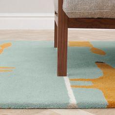 Mr Fox geeft je interieur een karaktervolle oppepper; dit lichtblauwe wollen vloerkleed met oranje vosjes is gegarandeerd superzacht aan je voeten!