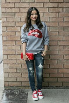 Red Sequin Lips Sweatshirt, Red Converse All Stars Sneakers Chuck Taylors… Jeans E Converse, Red Converse Outfit, Estilo Converse, Red Chucks, Superenge Jeans, Red Sneakers Outfit, Converse Sneakers, Outfits With Red Shoes, Torn Jeans