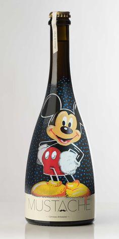 Botella de Cerveza MICKEY MOUSE pintada a mano por Dokidoki Planet. De venta en dokidokiplanet.com