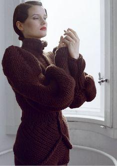 Antje Pugnat es una artista nacida en 1976 que, alestudiar tecnología aplicada a las prendas, descubrió su pasión por la creación de máquinas de tejer. Se fue entonces a Londres a realizar un mást…