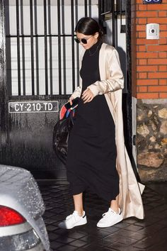 Top looks. Modelos, flores y botas over-the-knee © Cordon Press/ Getty Images Kimono Fashion, Modest Fashion, Fashion Outfits, Celebrity Outfits, Celebrity Style, Drape Skirt Pattern, Kendall Jenner Style, Monochrom, Western Outfits