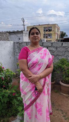 Indian Natural Beauty, Aunty In Saree, Beautiful Women Over 40, Fat Women, India Beauty, Auntie, Beauty Women, Sari, Mom