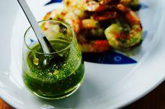 Voici une recette, autour de la crevette, du pimenton, du pamplemousse et de la sauce sriracha, qui vous permettra de vous amuser!  #recettes #recette #fridayrecipe #chartier #recettesaromatiques #vendredirecette #recetteduvendredi Olives, Sauce Sriracha, Voici, Guacamole, Ethnic Recipes, Food, Shrimp, Olive Oil, Essen
