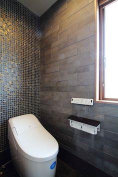 シックな色合いのタイルとエコカラットでモダンなトイレ