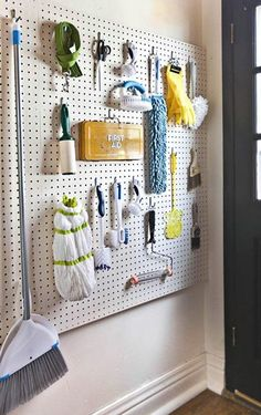 O que é difícil de guardar em quase toda casa, mantendo a facilidade de pegar quando quiser usar ? Eu tenho a minha lista: Vassouras, panos de prato, aspirador de pó, baldes, escada, material de limpeza, material de jardinagem, tábua de passar, ferramentas e parafusos, porcas, estas coisas para consertos… Então, selecionei algumas boas ideias para guardar este objetos difíceis!