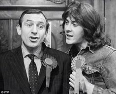 Rising damp, a funny comedy with Leonard Rossiter & Richard Beckinsale. English Comedians, English Comedy, British Tv Comedies, British Comedy, Comedy Tv, Funny Comedy, Richard Beckinsale, Leonard Rossiter, Rising Damp