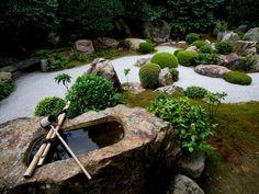 Crear un jardín Zen en tu patio trasero con fuentes, arena, rocas y pequeños bonsai le dará a tu casa un estilo muy feng shui.