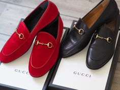 GUCCI JORDAAN LOAFERS I'm going to start by saying something a few of you might agree with (I'm sure these shoes are a b Red Loafers, Loafers Outfit, Loafer Shoes, Loafers Men, Fashion Mode, Fashion Shoes, Hijab Fashion, Gucci Fashion, Street Fashion