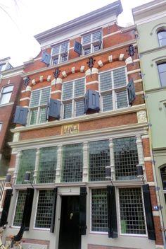 De Moriaan, een winkelpand uit 1617 bezit een rijke trapgevel en kruiskozijnen in Hollandse renaissancestijl. De gevel werd op de vlucht gebouwd; dat wil zeggen vooroverhangend om het regenwater niet langs de gevel te laten stromen. Oorspronkelijk was hier, zoals op de gevelsteen te zien is, een kruidenierswinkel gevestigd. In 1662 liet de toenmalige eigenaar, Bartholomeus Verrijs, een classicistisch winkelinterieur compleet met gemarmerde binnenpui met Korinthische pilasters plaatsen.