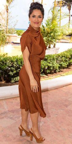 SALMA HAYEK    Salma regresó a su natal México —específicamente Cancún— para promocionar su nueva cinta, Grown Ups 2. No nos sorprende que la actriz haya optado una vez más por vestirse de Gucci, de la cual su esposo es el dueño; de hecho, este vestido color cobre fue el primer look que pasó por la pasarela de Otoño 2013 de dicha casa italiana. Salma lo combinó con zapatos peep toe de Sergio Rossi y aretes color aqua.