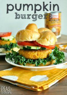 Homemade Pumpkin Burgers: vegetarian patty made with pumpkin puree, quinoa, oats, chickpeas, lots of spices. Vegan Vegetarian, Vegetarian Recipes, Healthy Recipes, Vegan Meals, Vegetarian Barbecue, Chipotle, Vegan Burgers, Quinoa Burgers, Meatless Burgers