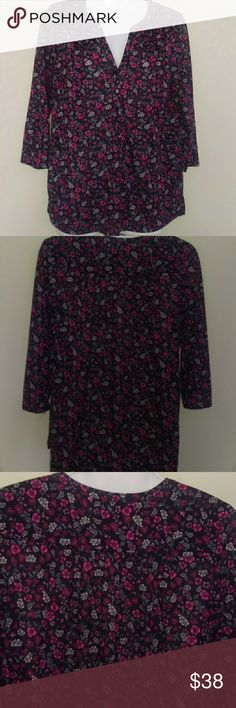 H&m floral 3/4 sleeve V-neck blouse/top H&m 3/4 sleeve floral blouse/top size small slits on sides great condition H&M Tops