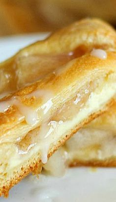 Apple Cream Cheese Breakfast Pastry ~ Breakfast pastry ring made with crescent rolls and topped with a delicious cream cheese layer and apple pie filling. Looks fancy but it's so easy!