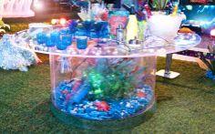 Mínimos detalhes: na mesa, aquário com algas, conchas e estrela do mar recriam um mini oceano