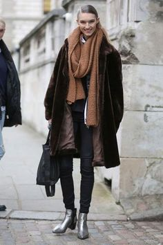 25 winter outfits to copy - oversized camel colored scarf, fur coat, black skinny jeans + metallic silver ankle boots