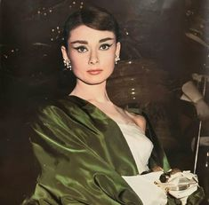 Audrey Hepburn Style Hair, Happy Girls, Funny Faces, Opera, Hollywood, Instagram Posts, Pretty, Paris France, Closets