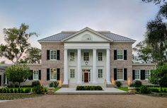 Located on Whitemarsh Island near Savannah, Georgia, this new home designed by architecture firm Historical Concepts embraces the traditional look of stately Southern homes with elegant Georgian architecture and gracious details. - Luxury Homes Southern Mansions, Southern Homes, Southern Charm, Country Homes, Style At Home, Stommel Haus, Georgia Islands, Georgian Style Homes, Georgian Architecture