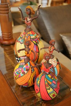 cabaças decoradas - Pesquisa G oogle Made from gourds.This Pin was discovered by minute call to expand your life n livingBonecas by Roberta Chacon Paper Mache Crafts, Clay Crafts, Diy And Crafts, Arts And Crafts, Bottle Painting, Bottle Art, Bottle Crafts, African Dolls, African Art