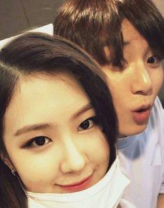 『˗ˏˋPinterest - @strawberrymurlk ˎˊ˗』 K Pop, Green Eyeshadow Look, Korean Lessons, Twitter Bts, Wedding Makeup Looks, Blackpink And Bts, Paper Hearts, Eyebrow Pencil, Poses