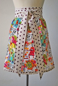 Fiesta Half Apron not crazy about skulls, jus the combo of print and polka dot Retro Apron, Aprons Vintage, Diy Clothes Videos, Cute Aprons, Sewing Aprons, Half Apron, Apron Designs, Sewing Projects, Sewing Hacks
