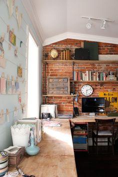 Çalışma odasında tuğla duvar
