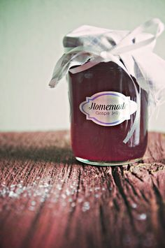 Homemade Grape Jelly Recipe - it's a great homemade gift for friends and family! And so easy!