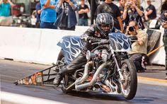 Départ canon pour une Harley de classe top-fuel. - Galerie de photos - Moto Journal