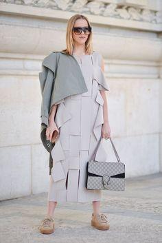Pin for Later: Das sind die besten Street Style Looks aus Paris, Chérie! Street Style Paris Fashion Week 2016 Jessica Mercedes mit Schuhe von Rihanna X Puma und einer Tasche von Gucci.