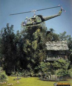 """Vietnam-Diorama UH-1C """"Heavy Hog"""" über einem Fluß   Diorama, Militär  Luftfahrzeug, Hubschrauber"""