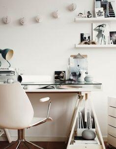 Un plan de travail en verre + deux simples tréteaux = un joli bureau.