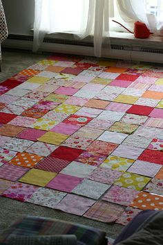 Colors Patchwork Quilt Tutorial by Jeni Baker. TUTORIAL has nice descriptions on how to keep it looking random (lots of planning! Quilting For Beginners, Quilting Tips, Quilting Tutorials, Quilting Projects, Sewing Projects, Beginner Quilting, Beginner Quilt Patterns, Sewing Tutorials, Patchwork Quilt
