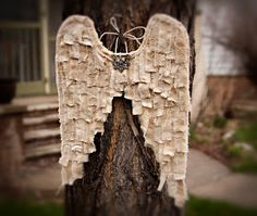 Wings made from muslin/fabric strips. Add shreds of lace and other textiles. Wings Plus, Sewing Projects, Craft Projects, Craft Ideas, I Believe In Angels, Arts And Crafts, Diy Crafts, Wood Crafts, Angel Crafts