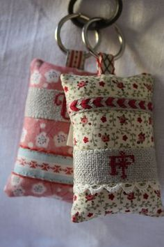 Super voisines - Un et Un font Quatre - Fabric Crafts, Sewing Crafts, Sewing Projects, Sachet Bags, Diy Keychain, Keychains, Scented Sachets, Simple Cross Stitch, Christmas Fabric