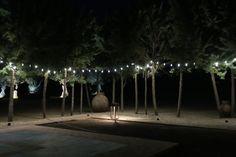 decoración para fiesta con guirnaldas y farol de suelo de enriquelacalle.com