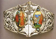 Movimiento Arts & Crafts. Alexander Fisher. Hebilla de cinturón 1896. Plata repujada con incrustaciones de  urquesas y esmalte pintado y pintura sobre esmalte representando la historia de Tristán e Isolde.