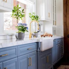 The perfect kitchen is all about the perfect details @beckiowens and @jamiebellessa nailed it! : @lindsay_salazar_photography #farmhousesink #dreamkitchen #decorenvy