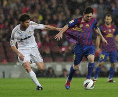 Real Madrid's midfielder Xabi Alonso (L) vies with Barcelona's Argentinian forward Lionel Messi (R) during the Spanish League 'El clasico' football match Barcelona vs Real Madrid at the Camp Nou stadium in Barcelona on April 21, 2012
