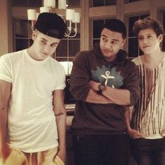 """do you see how niall  is looking at justin?!? ahahahha hes like """"damn hes hot"""""""