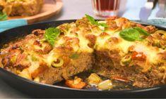 Die Pizza aus unserem Video ist eine Low Carb-Variante. Wir bereiten ihren Boden aus Hackfleisch und Gemüse zu und belegen sie mit frischen Zutaten.