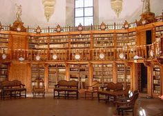 Una biblioteca histórica, la de la antigua universidad de Salamanca