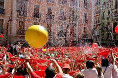 """#VivaSanFermin Se llena la plaza de blanco y rojo. Pañuelos preparados. """"Pamploneses, Viva San Fermín, Gora San Fermín"""" @aeromedia1 está! ;)"""