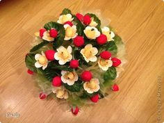 Minh Handmade: How to make strawberry paper flower - Hướng dẫn là. Candy Flowers, Crepe Paper Flowers, Diy Flowers, Fabric Flowers, Chocolates, Master Class, Chocolate Bouquet, Paper Ornaments, Candy Bouquet