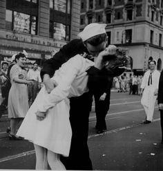 """O beijo da Times Square (1945).Fotografia imortalizada pela revista """"Life"""". Durante o anúncio do fim da guerra contra o Japão, em 14 de agosto de 1945, o fotógrafo Alfred Eisenstaedt registrou um marinheiro beijando uma jovem mulher de vestido branco. A mulher foi identificada mais tarde, na década de 1970, como Edith Shain. A identidade do marinheiro permanece desconhecida e controversa. Mas está é apenas uma das versões. Fotografia: Jeff Widener"""